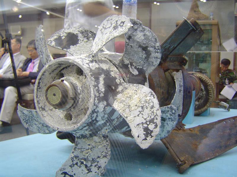 20110326 어뢰추진체 프로펠러에 붙은 흡착물. 김보근 촬영.JPG
