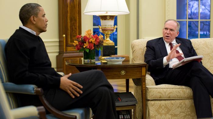 오바마 미 대통령과 존 브레넌 대테러 보좌관. 브레넌은 무인기 작전을 적극 옹호하는 인사 중 하나이다. ⓒ Pete Souza/White House